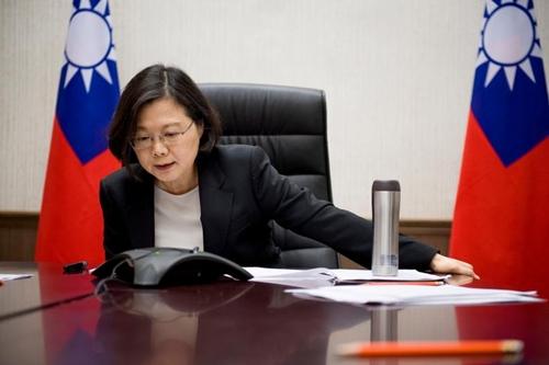 Bà Thái Anh Văn điện đàm với ông Donald Trump, tổng thống Mỹ đắc cử. Ảnh: Reuters