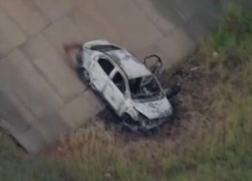 Chiếc xe bị thiêu cháy được tìm thấy ở Rio de Jainero. Ảnh: Mirror.