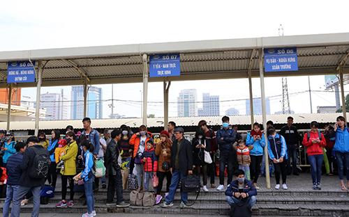 ca-tram-xe-khach-dung-chay-phan-doi-viec-chuyen-khoi-ben-my-dinh-1