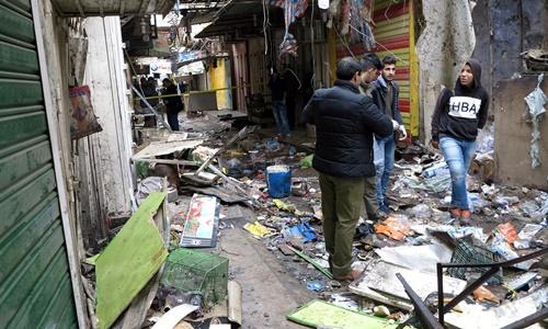 Lực lượng an ninh Iraq kiểm tra hiện trường vụ đánh bom. Ảnh: Reuters.