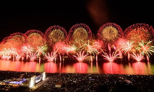 Hàng triệu người xem pháo hoa ở bãi biển Copacabana, thành phố Rio de Janeiro, Brazil hôm 1/1/2016. Ảnh: AFP