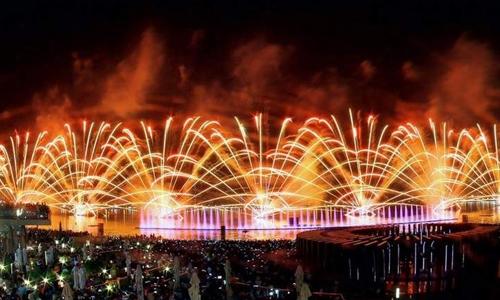 Pháo hoa ở đài phun nước Dubai. Ảnh: Khaleejtimes