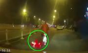 Bé gái ngủ gật tuột khỏi xe đạp điện, suýt bị ôtô cán