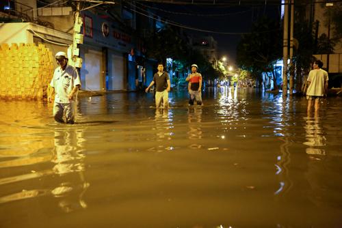 1. Tối ngày 2/1 nhiều hộ dân trong các khu dân cư ở phường Thạnh Lộc, Thạnh Xuân (quận 12, TP HCM) bất ngờ khi nước dâng cao bất thường.
