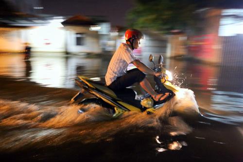 1. Đến rạng sáng ngày 3/1, nước rút dần, người dân sống tại hai phường Thạnh Xuân và Thạnh Lộc vẫn đang tất bật đẩy nước ra ngoài nhà, ổn định cuộc sống. Lực lượng chức năng phải bắc loa cảnh báo người dân tắt các thiết bị điện để đảm bảo an toàn.