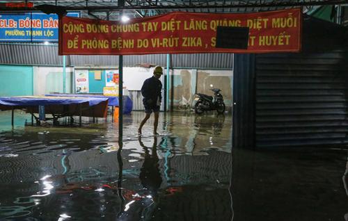 2. Trong đó, ngập nặng nhất là ở địa bàn các khu phố 1, 2, 3 của phường Thạnh Lộc (đối diện cầu vượt Ngã Tư Ga). Nước ngập kênh láng các con hẻm bên đường Hà Huy Giáp, trong khu dân cư Nam Long và tràn vào nhiều nhà dân.