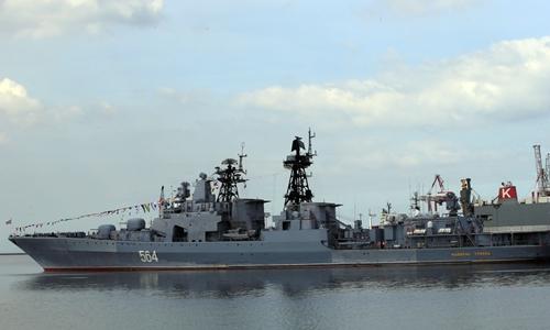 Tàu chống ngầm Đô đốc Tributs neo tại cảng ở Philippines ngày 3/1. Ảnh: Reuters.
