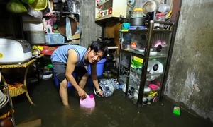 Nước nhấn chìm hàng trăm nhà ở Sài Gòn sau 20 phút