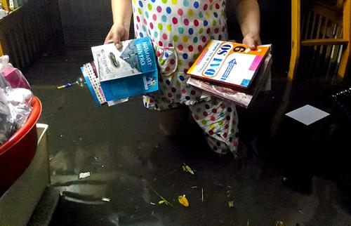 8. Bà Nguyễn Thị Phương Hồng (51 tuổi, phường Thạnh Xuân) chỉ kịp dọn dẹp sách vở, quần áo trong khi đồ điện, máy giặt, xe máy& của gia đình bà đều bị ngâm nước.