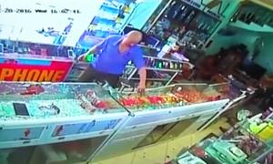 Truy đuổi chủ tiệm, tên cướp đập tủ kính vơ vét vàng