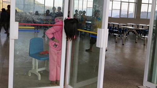 Bé gái mắc kẹt ở cửa trong tư thế đứng suốt gần một giờ trước khi được lính cứu hỏa đến giải thoát.