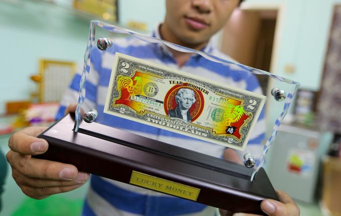 Săn tiền in hình gà các nước để lì xì Tết ở Sài Gòn