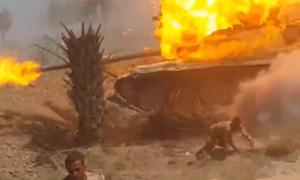 Lính Iraq tháo chạy khỏi xe tăng bốc cháy dữ dội