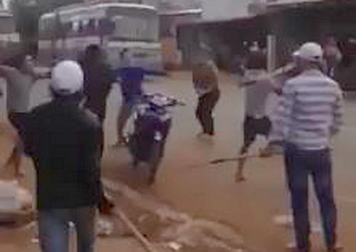Hai nhóm cầm nhiều hung khí nóng dàn hàng ngang giữa đường đánh nhau. Ảnh: cắt từ clip