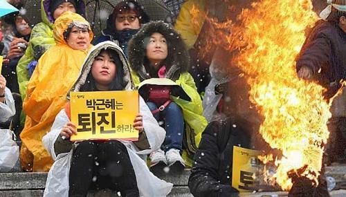Một cuộc biểu tình phản đối tổng thống Hàn Quốc. Ảnh: FreeMalaysiaToday