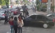 Lấn vạch đèn đỏ, ôtô bị đoàn người giẫm lên nắp capô