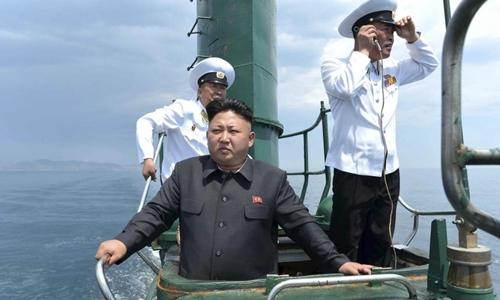 Nhà lãnh đạo Kim Jong-un trên tàu ngầm Triều Tiên. Ảnh: KCNA