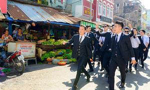Đàm Vĩnh Hưng gây 'náo loạn' chợ Cũ Sài Gòn