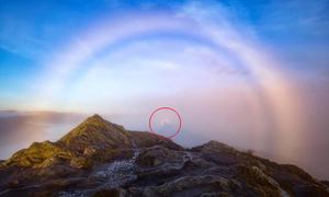 'Bóng ma' giữa cầu vồng sương mù ở Scotland