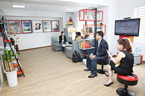Không gian phòng chờ tại B-select Minh Ngọc được thiết kế rộng rãi và trang bị đầy đủ nước uống, wifi, truyền hình để khách hàng thoải mái nghỉ ngơi khi chờ đợi chăm sóc xe