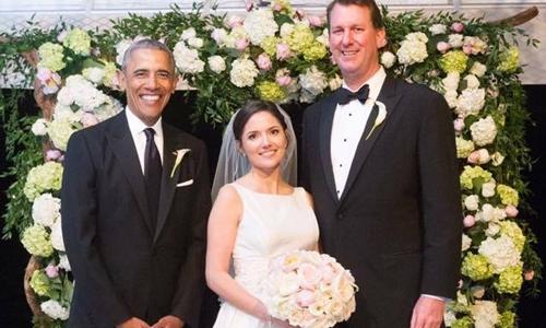 Ông Obama chụp ảnh với đôi vợ chồng mới cưới. Ảnh: