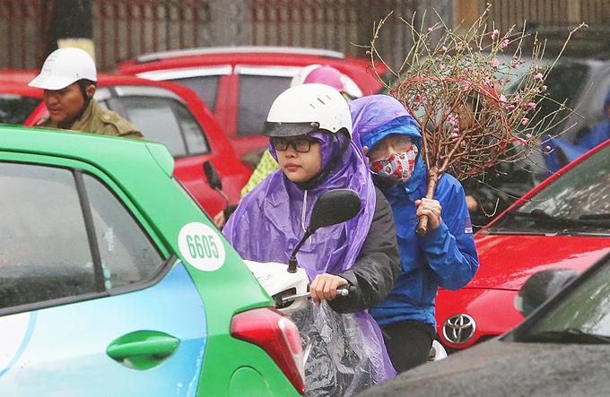 Hà Nội ùn tắc kéo dài trong mưa rét