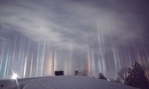 Những cột ánh sáng kỳ ảo xuyên qua bầu trời Canada