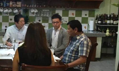 Thủ tướng Abe (trái) ngồi ăn sáng cùng Tổng thống Duterte (phải). Ảnh: