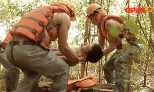 Lính cứu nạn vượt sông, tìm người mất tích giả định