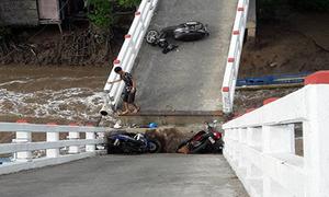 Sà lan tông sập cầu ở Cà Mau, 6 người bị thương
