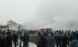 Khói bốc ngùn ngụt từ xác máy bay rơi ở Kyrgyzstan