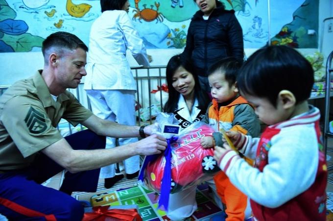 Thủy quân lục chiến Mỹ tặng quà cho trẻ em khó khăn ở Hà Nội