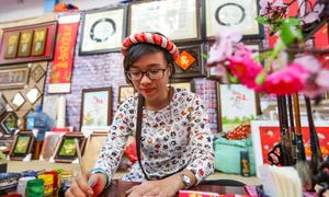 'Bà đồ' viết thư pháp trên phố ông đồ Sài Gòn