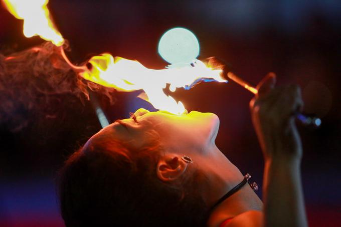 Cô gái múa lửa ở Sài Gòn đắt show dịp Tết