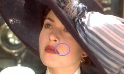 Lúc mới lên tàu, nốt ruồi của Rose nằm bên mép phải nhưng không lâu sau đó lại tự động chuyển sang mép trái.