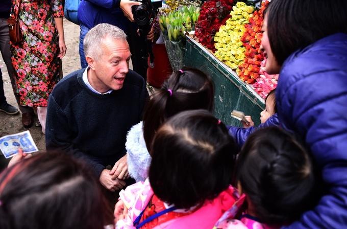 Đại sứ Mỹ thả cá, đi chợ hoa Tết Việt Nam