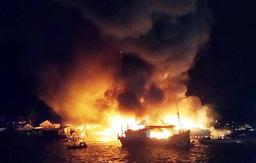 Đám cháy nằm trên cồn nên cảnh sát cứu hỏa không thể tiếp cận dập lửa. Ảnh: Xuân Ngọc