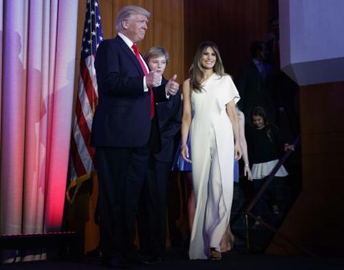 Bà Melaniabộ áo liền quần củaRalph Lauren trongđêm công bố kết quả bầu cử 8/11/2016,