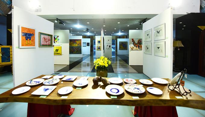 Tranh gà đua sắc trong triển lãm Tết Đinh Dậu