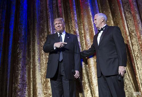 Ông và phó tổng thống đắc cử Mike Pence tại buổi tiệc tối 17/1 ở Washington. Ảnh: UPI