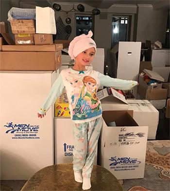 Con gái lớn đang tạo dáng trước rất nhiều thùng các-tông đựng đồ đạcẢnh:Instagram