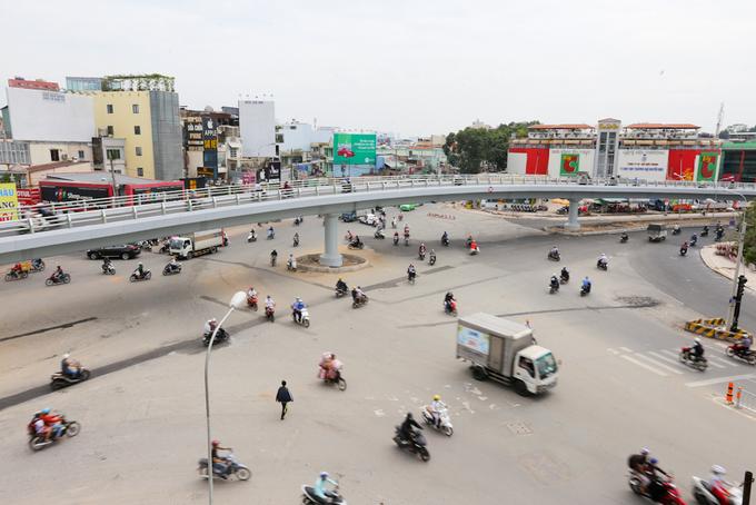 Ngã 6 ở Sài Gòn thông thoáng khi cầu vượt khánh thành