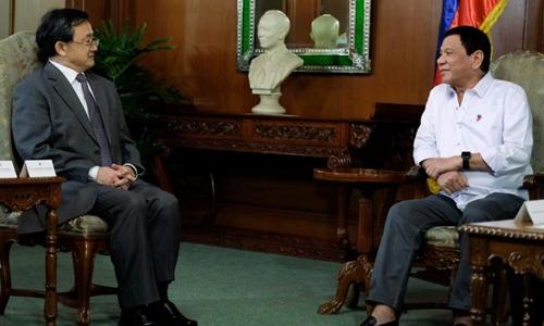 Tổng thống Philippines Rodrigo Duterte hội đàm với Thứ trưởng Ngoại giao Trung Quốc Lưu Chấn Dân. Ảnh: Reuters