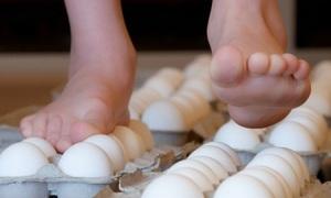 Thí nghiệm 'giẫm trứng không vỡ' giúp trẻ yêu khoa học