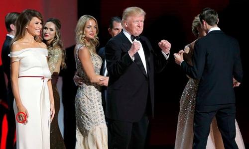 Ông Trump không đeo nhẫn cưới còn bà Melania đeo nhẫn ở tay phải. Ảnh: Reuters