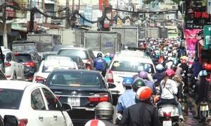 Đường vào bến xe ở Sài Gòn kẹt cứng vì người dân về quê