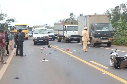 Hiện trường vụ tai nạn khiến hai cô giáo thiệt mạng sau khi va chạm với ôtô biển xanh. Ảnh: Kh. Uyên