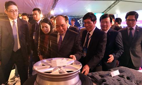 Thủ tướng Nguyễn Xuân Phúc thăm gian trưng bày Toyota Việt Nam tại triển lãm