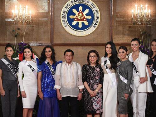 Tổng thốngDuterte và Bộ trưởng Du lịch PhilippinesWanda Teo (giữa) chụp ảnh cùng các thí sinhMiss Universe tại điệnMalacanang