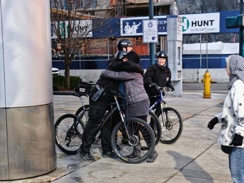Người biểu tình ôm cảnh sát đạp xe tại Denver. Ảnh:Scott Davidson/Flickr